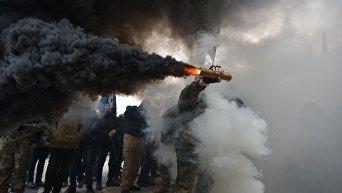 Дымовые шашки и файеры на Марше славы героев в Киеве, организованного Свободой
