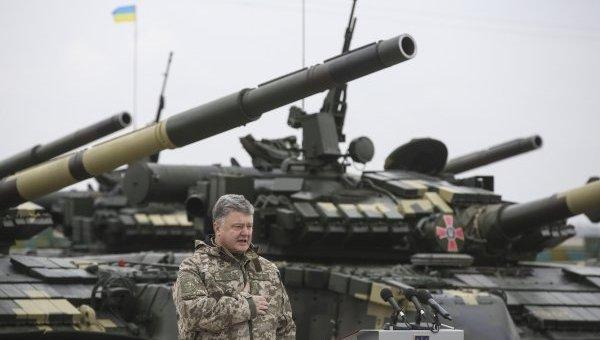 Петр Порошенко принял участие в передаче военной техники личному составу ВСУ в Чугуеве. Архивное фото