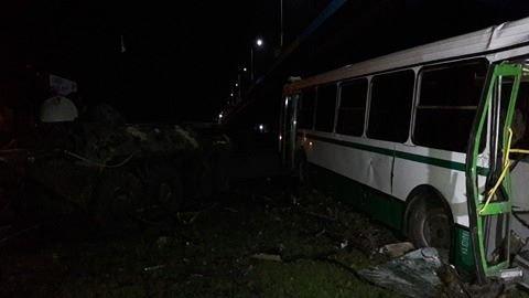 Новый БТР ВСУ протаранил автобус с рабочими