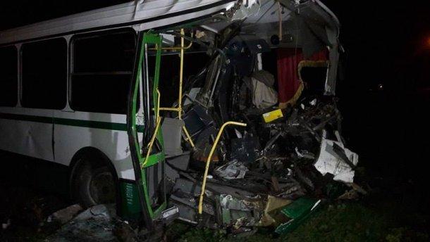 ВДонбассе украинский БТР протаранил автобус, один человек умер