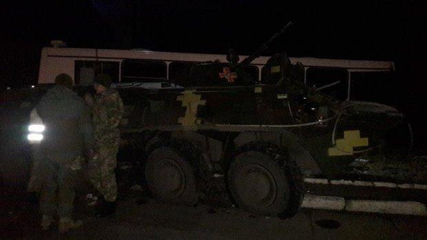 БТР врезался впассажирский автобус наДонбассе
