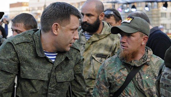 Глава ДНР Александр Захарченко (слева) общается с бойцом Моторолой (справа). Архивное фото
