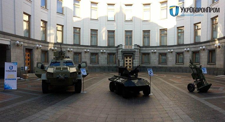 Кзданию Верховной Рады вКиеве подъехала военная техника