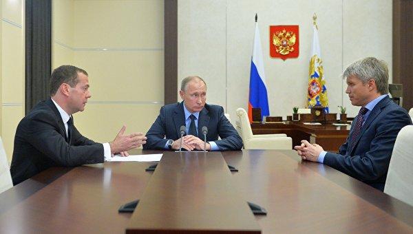 Президент РФ Владимир Путин встретился с премьер-министром Дмитрием Медведевым и министром спорта Павлом Колобковым