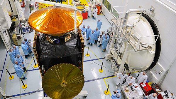 Сотрудники Талес Алениа Спейс рядом с орбитальной станцией европейско-российского проекта по изучению Марса ЭкзоМарс 2016