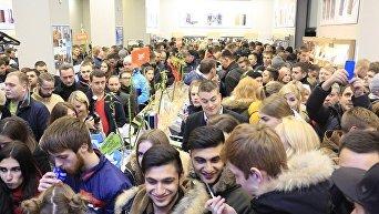 В Днепре за новым iPhone люди стояли в очередях и теряли сознание