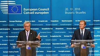 Председатель Европейской комиссии Жан-Клод Юнкер (слева) и председатель Европейского совета Дональд Туск на саммите Европейского Союза в Брюсселе