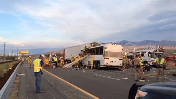 ВКалифорнии автобус столкнулся с грузовым автомобилем, погибли семь человек