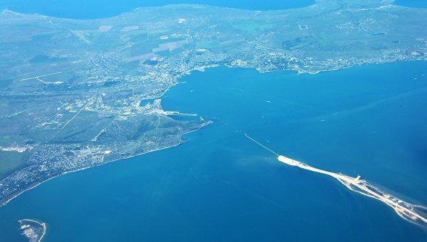 Вид на Остров Тузла и город Керчь из самолета.