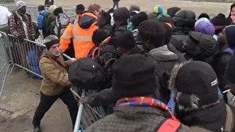 Во Франции началась принудительная эвакуация обитателей лагеря беженцев в Кале. Видео
