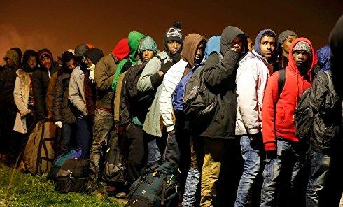 Мигранты в центре для беженцев в Кале