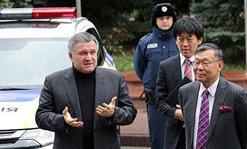 Министр внутренних дел Украины Арсен Аваков вместе с чрезвычайным и полномочным послом Японии в Украине Суми Шигеки