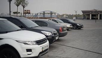 Автомобили на набережной Днепра в Киеве