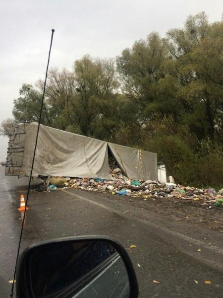 Фура со львовским мусором перевернулась в Ровенской области