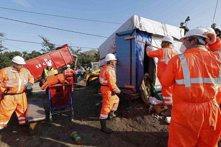Демонтаж лагеря под названием Джунгли в Кале, Франция