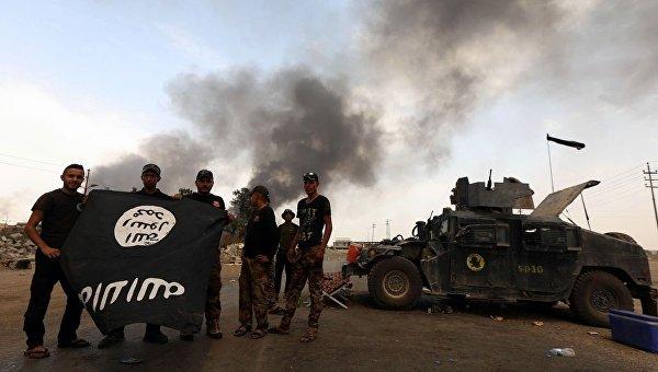 Наступление иракской армии на Мосул. Захваченный флаг Исламского государства