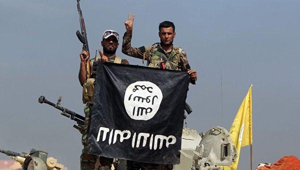 Шиитские бойцы в Ираке с захваченным флагом Исламского государства