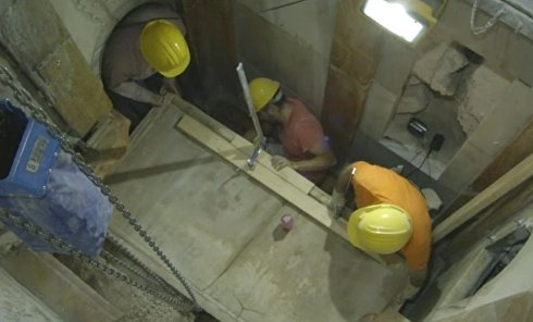 Снятие плиты с места погребения Иисуса Христа в Иерусалиме. Видео