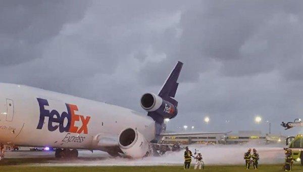 Грузовой самолёт «FedEx» зажегся воФлориде