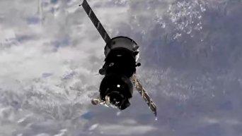 Отстыковка корабля с возвращающимся на Землю экипажем от МКС. Видео