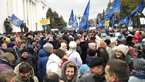 Тысячный марш учителей против поднятия тарифов приостановил движение вцентре столицы Украины