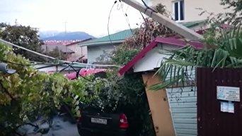 Новые кадры с места крушения вертолета на жилой дом в Сочи