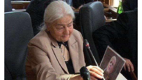 Мать Олеся Бузины Валентина Бузина с портретом покойного сына