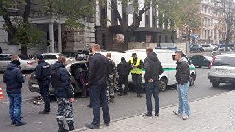 В центре Одессы расстреляли автомобиль Ситроен, который врезался в машину инкассаторов