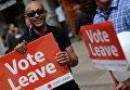 Волонтер на улице Манчестера с агитационным плакатом за Brexit. Архивное фото