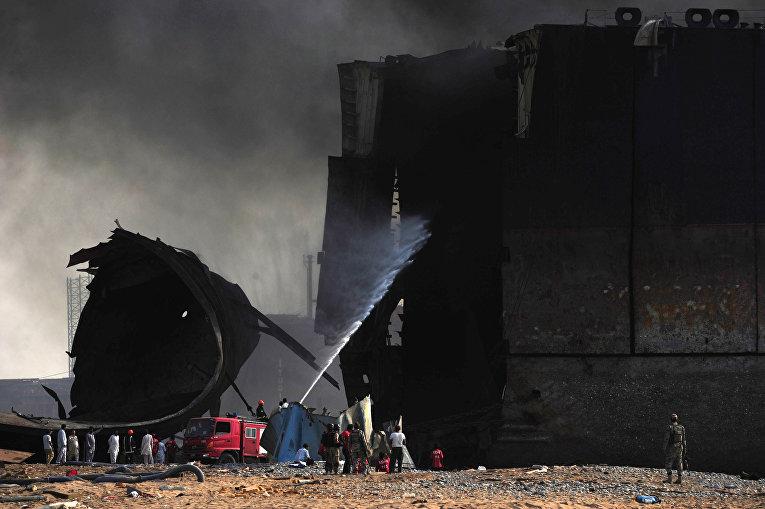 При разборе танкера вПакистане прогремели взрывы, погибло 19 человек