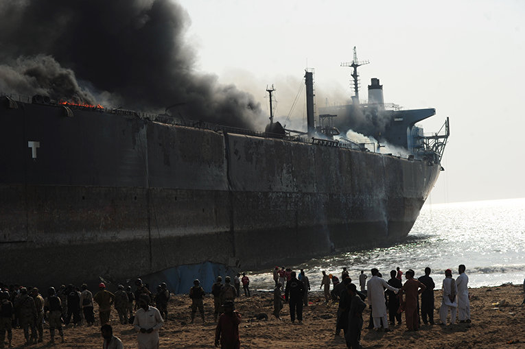 В пакистанском порту третий день пытаются потушить танкер