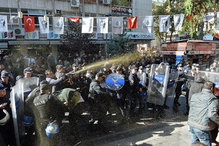 Спецназ используют слезоточивый газ для разгона демонстрантов во время акции протеста в Анкаре, Турция
