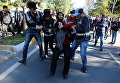 Полиция задерживает Себахат Тунджел, сопредседателя Демократической партии регионов (DBP), во время акции протеста в Диярбакыр, Турция
