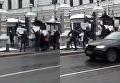 Британское посольство в Москве забросали частями манекенов. Видео