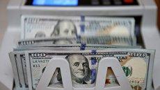 Счетная машина в банке считает 100 долларовые купюры