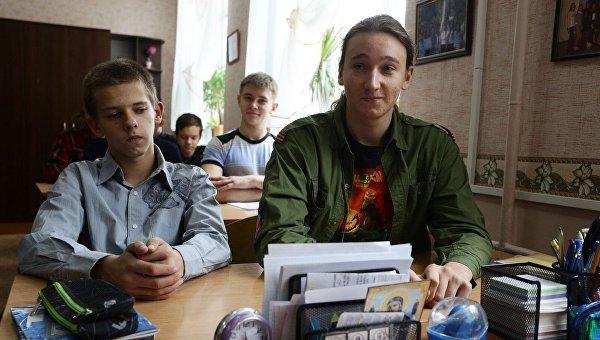 Старшеклассник Андрей Трубецкой посещает школу в Донецке в камуфляже ополченца ДНР