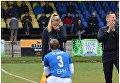 Футболист словацкого клуба Нижна Любомир Важечка делает предложение судье