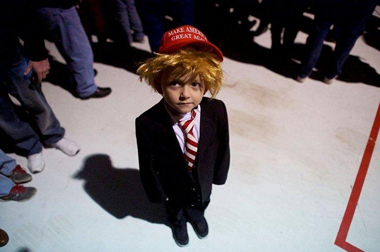 Шестилетний мальчик одет перед митингом Дональда Трампа в Пенсильвании