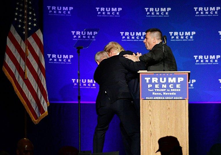 Охрана Дональда Трампа уводит его со сцены в Рино из-за поступившей угрозы