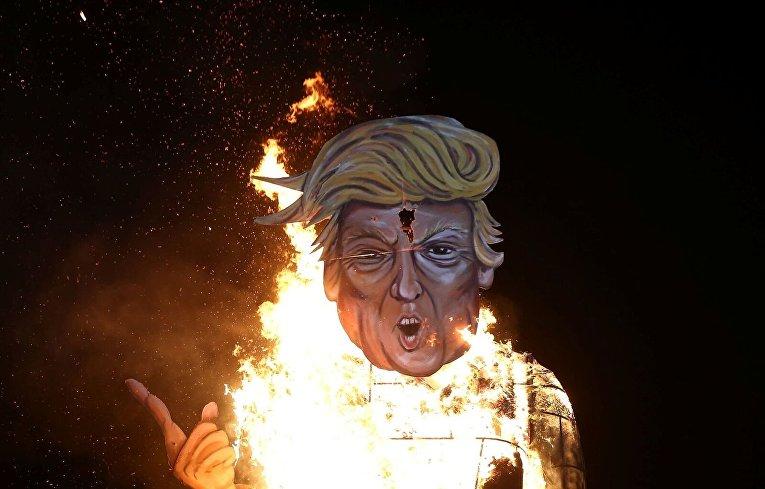 Чучело Дональда Трампа сжигают в Эденбридже