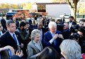 Хиллари Клинтон с мужем Биллом на выборах президента США