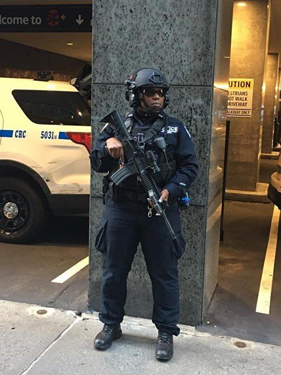 Американский полицейский возле небоскреба. в котором находится штаб Дональда Трампа