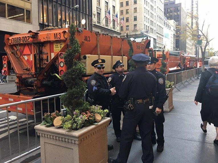 Полицейские возле небоскреба. в котором находится штаб Дональда Трампа