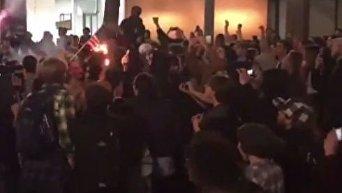 Противники Трампа вышли на улицы и жгут флаги США
