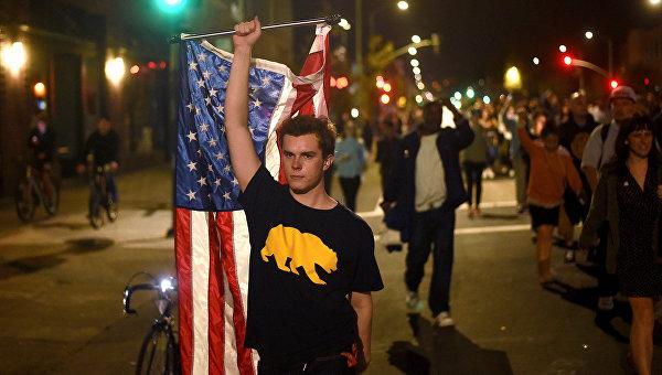 Студенты вВашингтоне сожгли американский флаг взнак протеста против Трампа