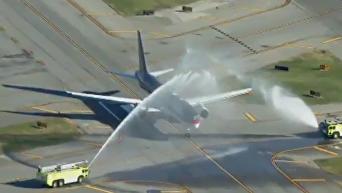Самолет Трампа по пути к Обаме приветствовали салютом из водометов. Видео