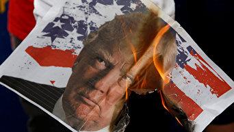 Митинг против новоизбранного президента США Дональда Трампа у здания посольства США в Маниле, Филиппины
