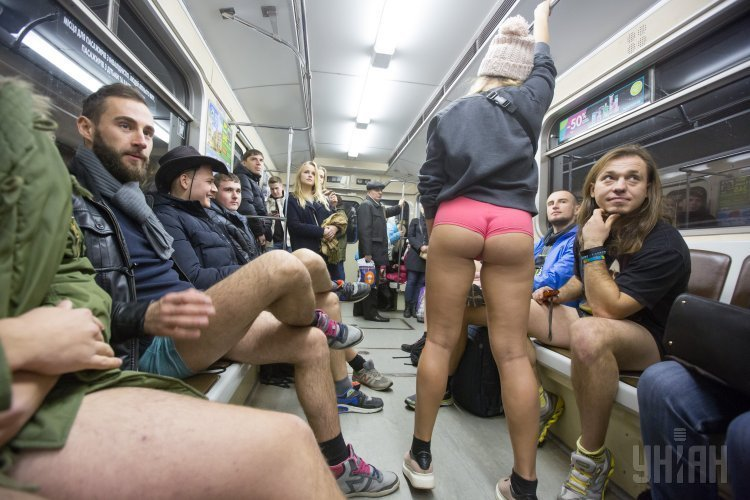 Обнажонка в метро
