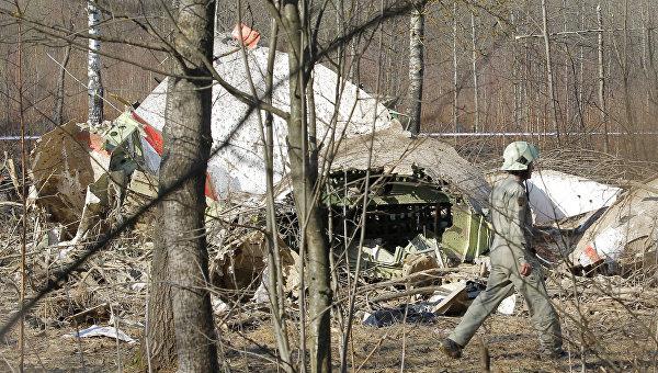 Обломки самолета Ту-154, упавшего в районе Смоленска. На борту самолета находилось больше ста пассажиров, в том числе и президент Польши с супругой