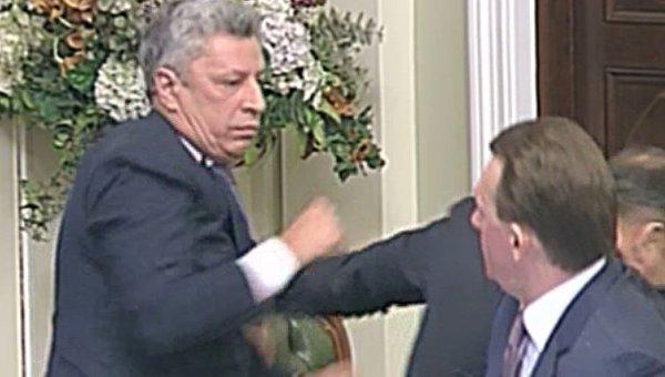 Драка в Верховной раде Украины: Юрий Бойко ударил Олега Ляшко